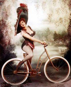 storia della bicicletta: donna in bici