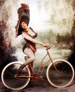 Donna su bicicletta d'epoca