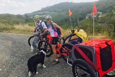 la mia border collie Laya con Max e M'Ugly e i trasportini per le biciclette