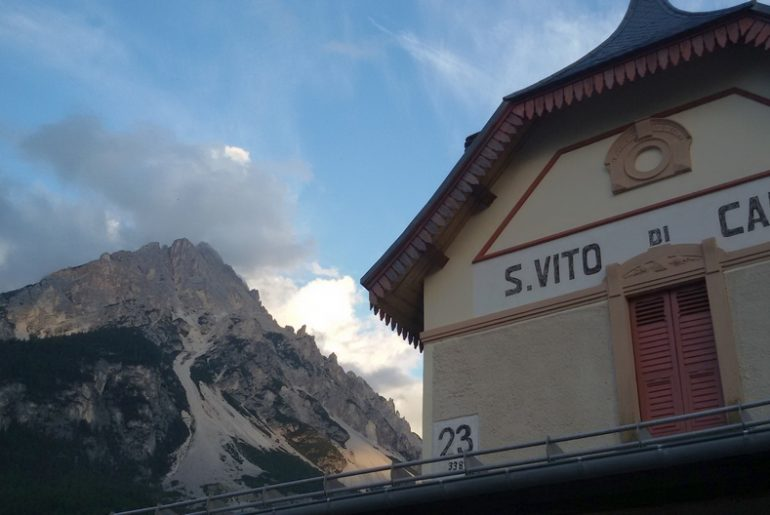 Dalle Dolomiti al mare, la stazione ferroviaria di San Vito di Cadore sulla Lunga Via delle Dolomiti