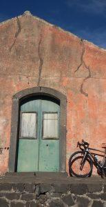 L'Etna in bicicletta casello ferroviario a