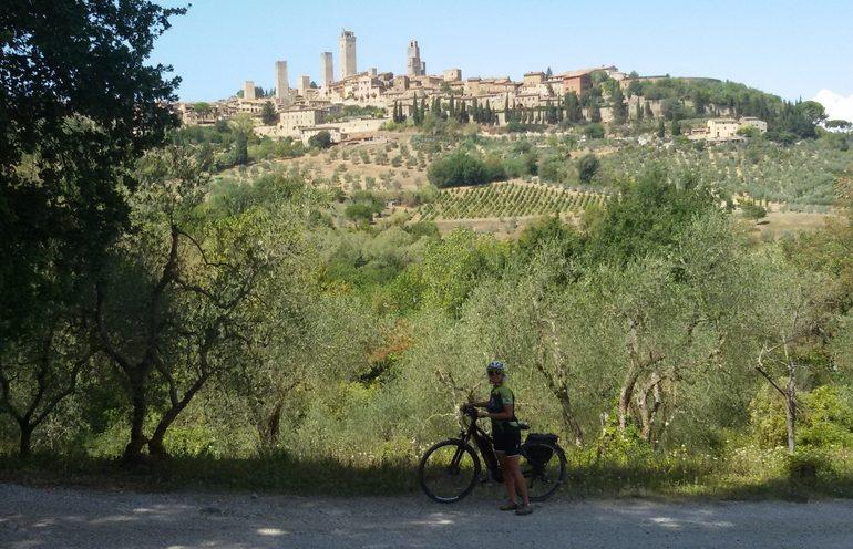 Mariateresa Montaruli in bici sulla Via Francigena a San Gimignano