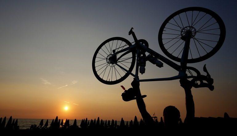 Arrivo al tramonto a Tirrenia Chase the Sun blog Ladra di biciclette