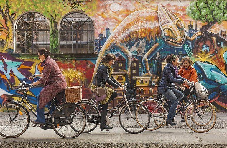 donne in bici a Milano in zona Ticinese