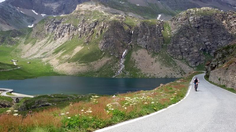 in salita sul Col du Nivolet, nel Parco del Gran Paradiso