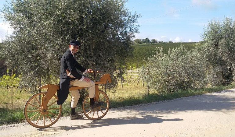 Matteo Luzzana con una copia della prima bicicletta della storia all'Eroica 2018