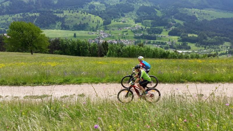 coppia in bicicletta in Val di Fiemme