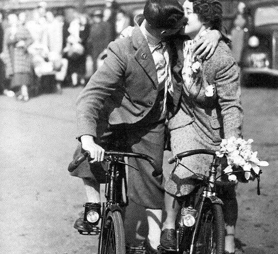 coppia in bici nell'articolo su cistite e bicicletta