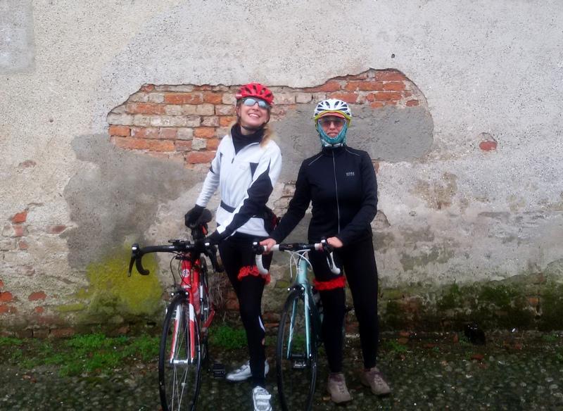 amiche in bici da corsa con la giarrettiera rossa a Capodanno