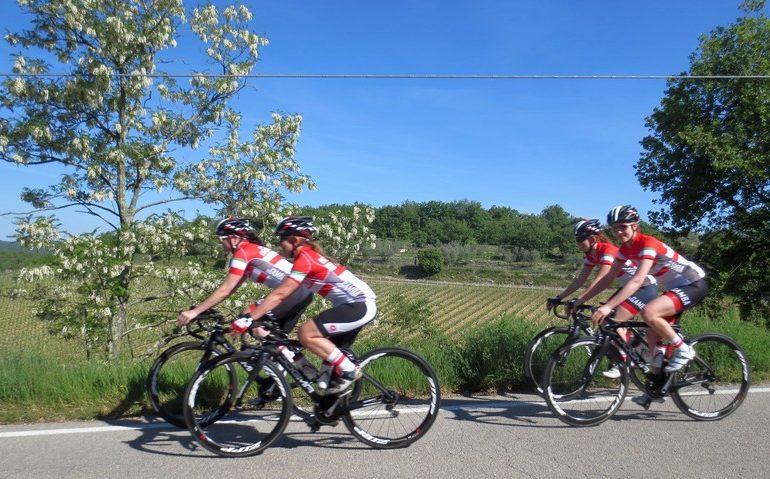 cicloturismo, gruppo di cicliste nel Chianti