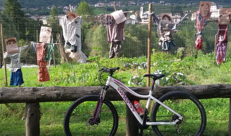 cicloturismo: spaventapasseri in val di sole