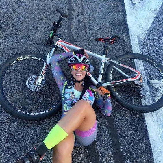 ciclista con bici gravel abbracciata alla sua bici su strada