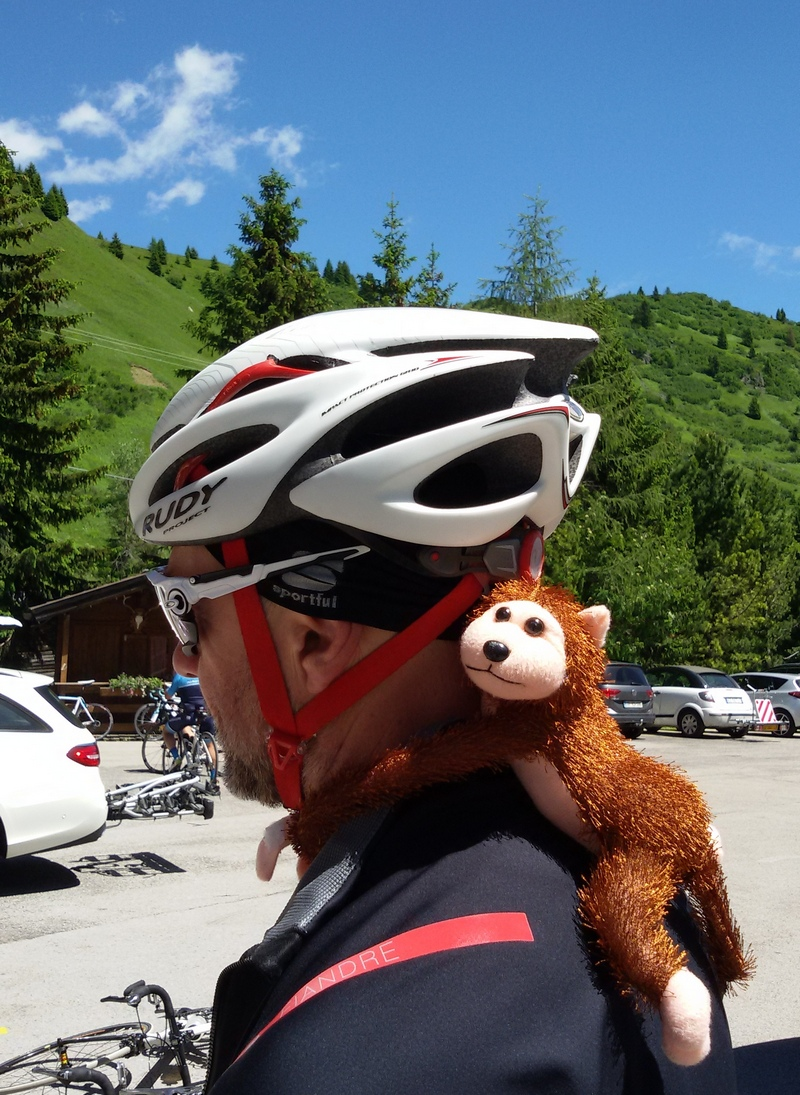 Ciclista con scimmietta al Sellaronda bike day 2018