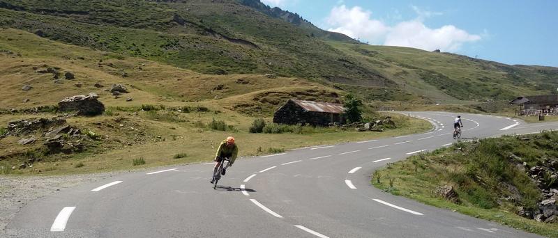 tornante in discesa dal Col du Tourmalet nei Pirenei