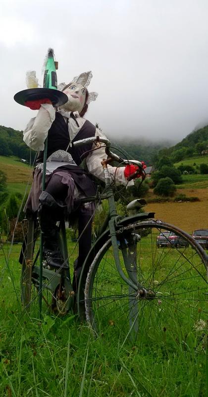 Pupazzo di pezza in bicicletta nei Pirenei