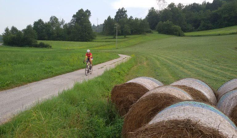 Alta Langa in bicicletta strada secondaria con balle di fieno