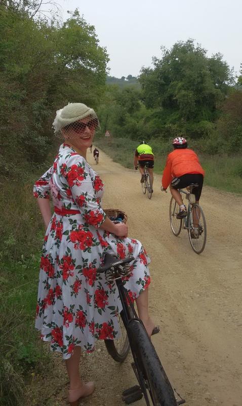 ciclista donna all'Eroica di Gaiole