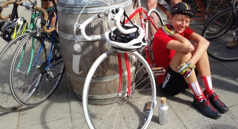 Ciclista all'arrivo a Gaiole in Chianti, Eroica 2018, di Mariateresa Montaruli ladradibicilette.it