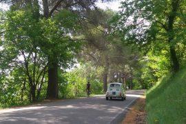 bicicletta e 500 Fiat sulla Panoramica Pesaro Gabicce