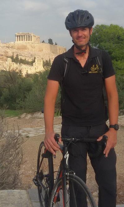 Alexandros Zantos fondatore di GrCycling. Sullo sfondo, l'Acropoli