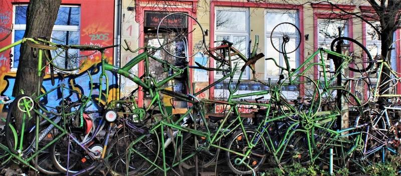 Un'installazione urbana di bici riciclate