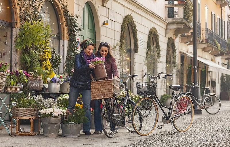 Via Santa Croce a Milano: bici e fiori