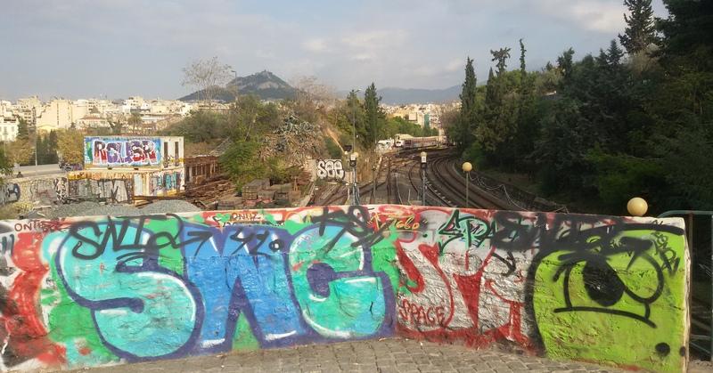Street art lungo la ciclabile da Atene verso il mare