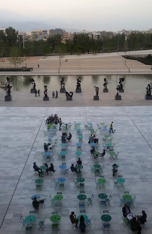 I tavolini esterni del Centro Culturale Stavros Niarchos
