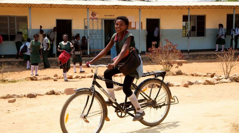 ragazza africana con la bici Buffalo donata da World Bicycle Relief