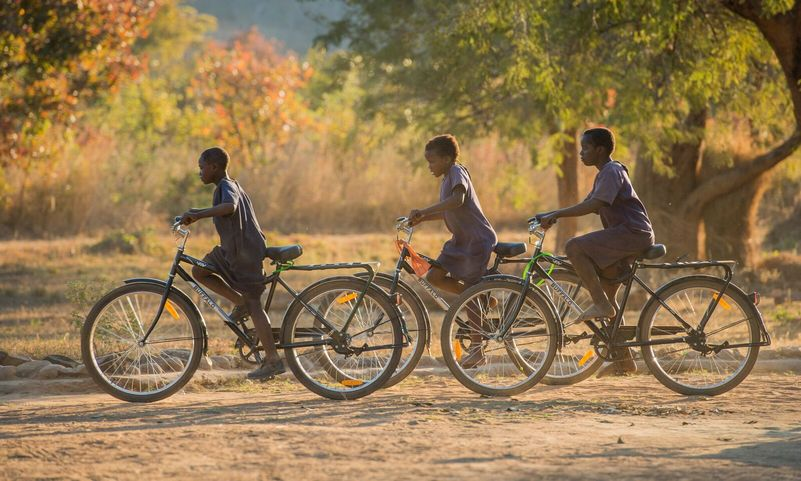 ragazzi africani con la bici Buffalo di World Bicycle Relief