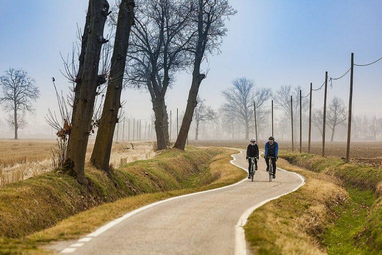 Mariateresa Montaruli in bicicletta d'inverno nelle campagne fuori Milano