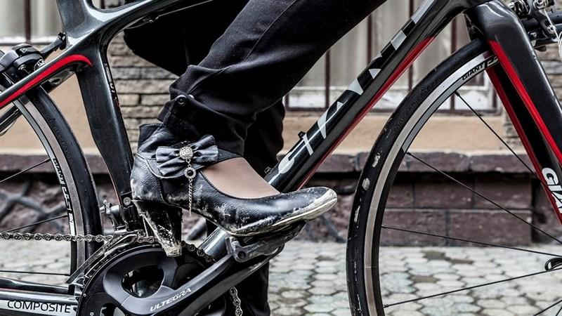 donna islamica in bicicletta