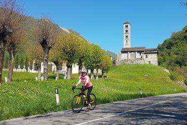 Mariateresa Montaruli in bicicletta verso il Santuario della Madonna del Ghisallo
