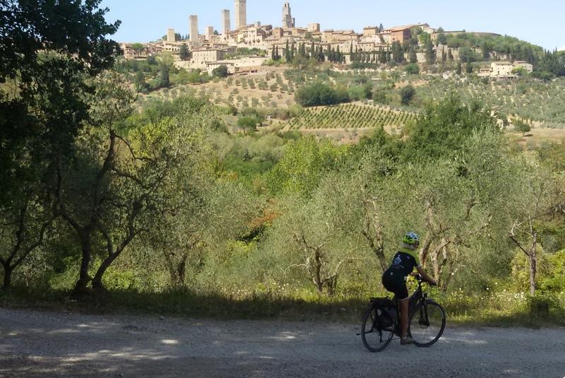 Mariateresa Montaruli in bici sulla francigena a San Giminiano