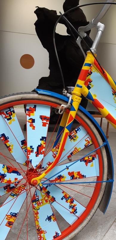 bicicletta riciclata in chiave di installazione d'arte