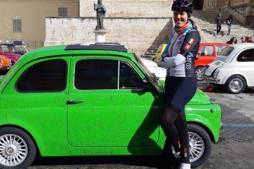 Cecilia Mendes in piazza a Chieti durante un raduno di Fiat 500