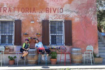 In bicicletta in Maremma: cicliste in trattoria a Castiglione della Pescaia, località Ampio