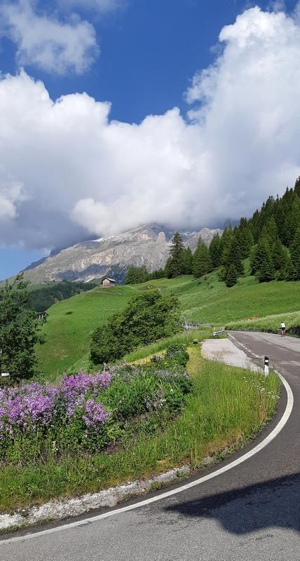 tornante da Arabba verso Passo Campolomgo Dolomiti