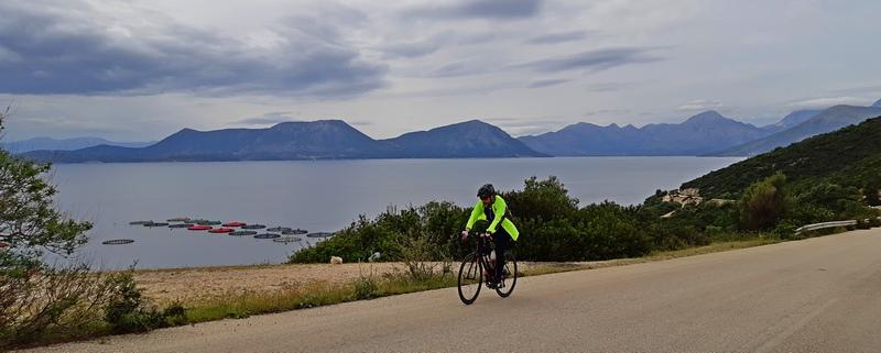 ciclista su strada costiera Astakos Vonitsa