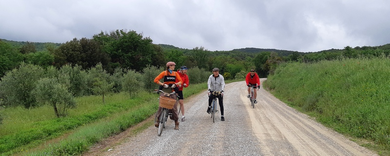 ciclisti vintage su strada bianca