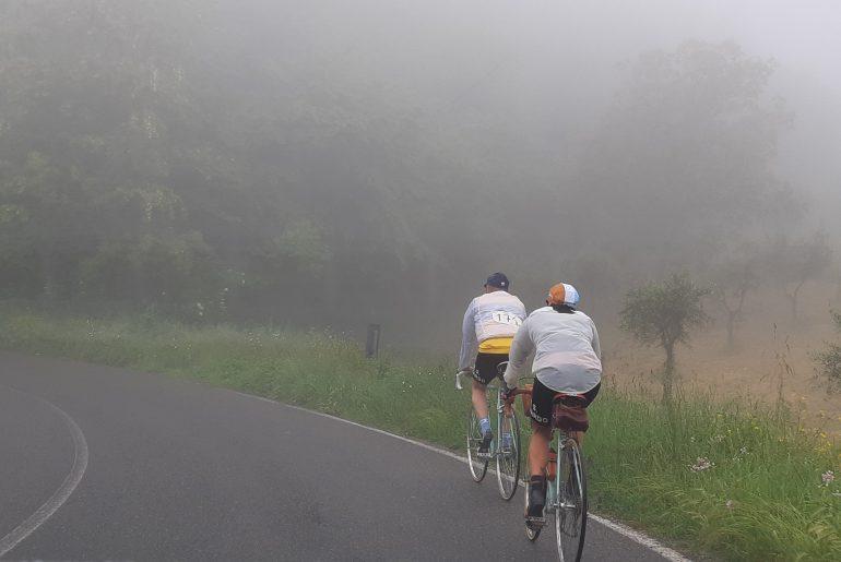 ciclisti vintage Eroica Montalcino nella nebbia