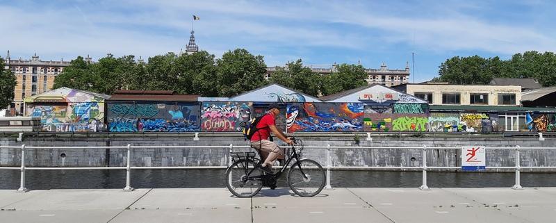 In bici nella zone dei canali, a nordovest del centro di Brussels