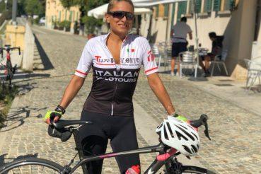 ciclista e influencer Daniela Schicchi in bici da corsa a Robecco sul Naviglio in Lombardia