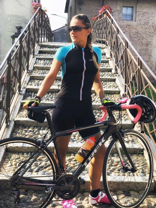 Daniela Schicchi in bici da corsa sul Naviglio Grande a Milano