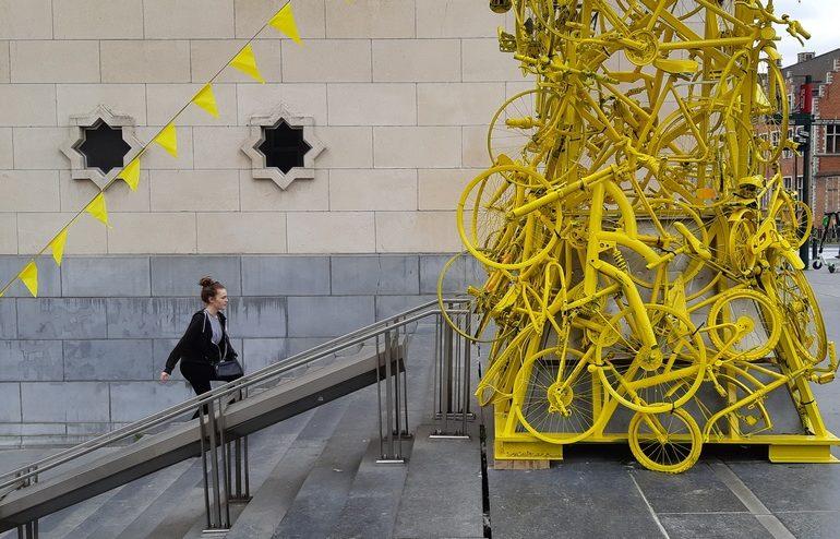 Installazione di bici gialle a Brussels Grand Depart Tour de France