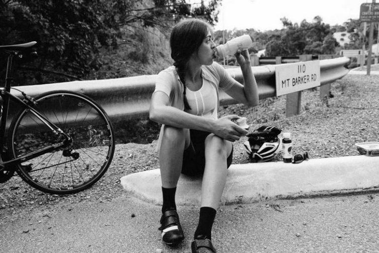riforma dello sport donna ciclista con borraccia