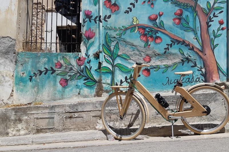 coco mat ebike bicicletta di legno con murale atene