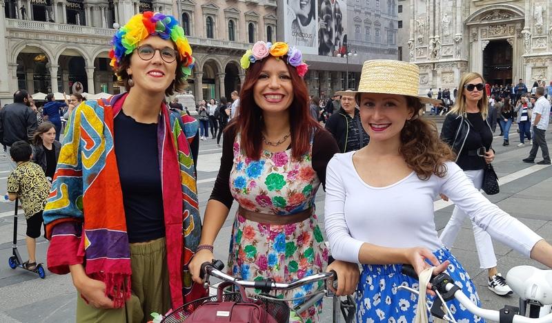 donne in bicicletta a Milano piazza duomo