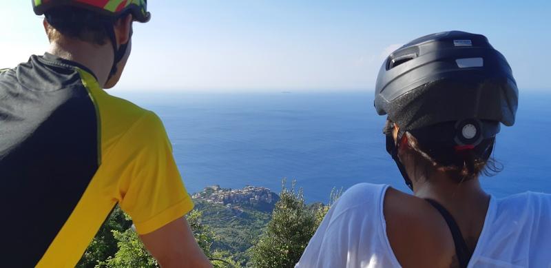coppia in bici sulla litoranea in vista di Corniglia