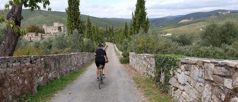 Mariateresa Montaruli in bici al Castello di Meleto per Eroica 2019
